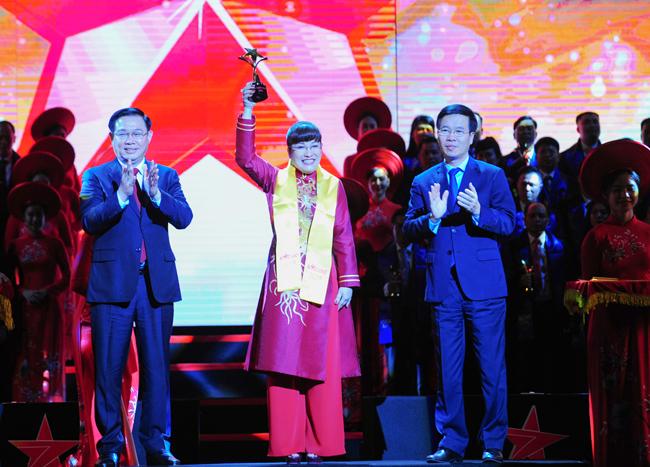 Bà Lưu Thị Thanh Mẫu, CEO Phuc Khang Corporation, nhận giải thưởng Sao Đỏ (ảnh PK)