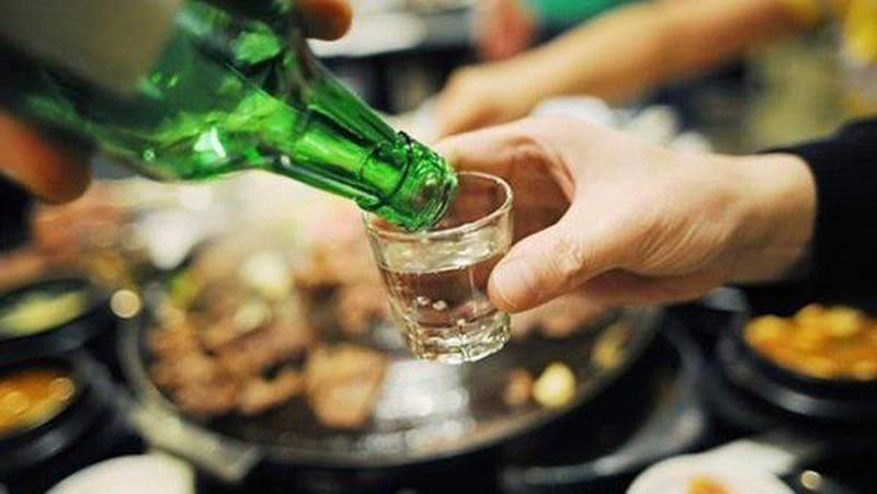 Bia, rượu là nguyên nhân hàng đầu gây ảnh hưởng tới gan (ảnh minh họa)