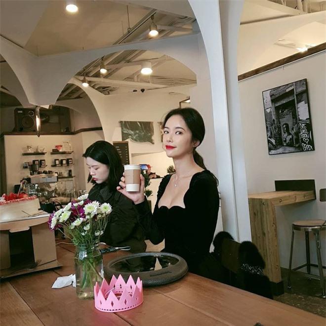 Lâu lắm mới lộ diện, mỹ nhân She was pretty Hwang Jung Eum lột xác với vòng 1 bốc lửa sau 2 năm sinh quý tử - Ảnh 3.