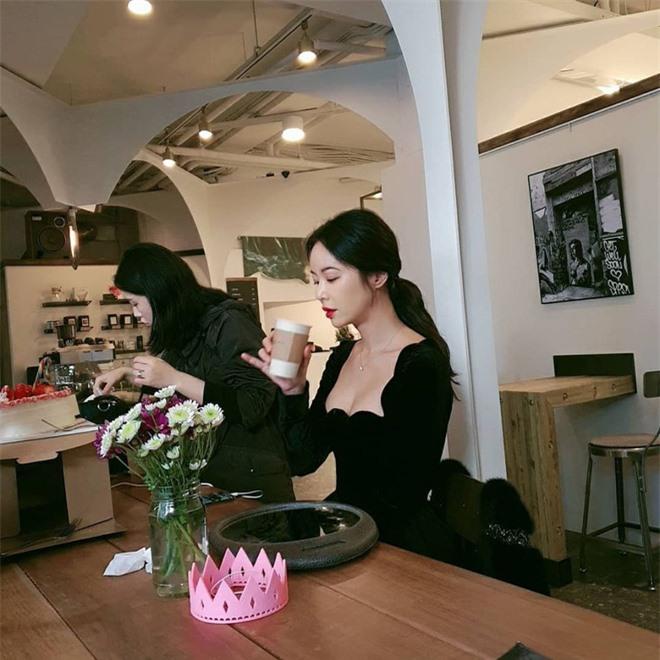 Lâu lắm mới lộ diện, mỹ nhân She was pretty Hwang Jung Eum lột xác với vòng 1 bốc lửa sau 2 năm sinh quý tử - Ảnh 4.