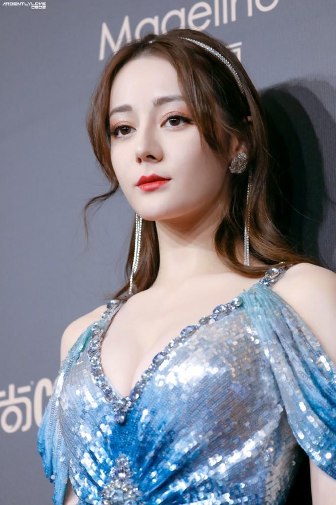Tối 3/12 (giờ địa phương), Địch Lệ Nhiệt Ba cùng dàn sao đình đám Hàn - Trung tham dự sự kiện Cosmo Glam Night.