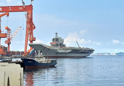 Trung Quốc vừa nhập biên tàu sân bay mới nhất của nước này mang tên Sơn Đông với số thân 17 vào Hạm đội Nam Hải. Đây cũng là hàng không mẫu hạm đầu tiên do Trung Quốc tự sản xuất hoàn toàn. Nguồn ảnh: QQ.