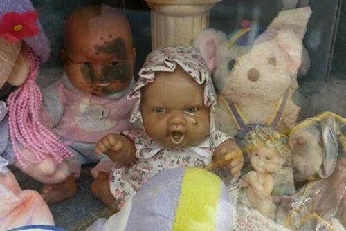 """Bức ảnh chụp búp bê """"ma ám"""" biết khóc ra nước mắt trong ngôi mộ của bé gái chết trẻ ở Chanar. Ảnh: Daily Star)"""