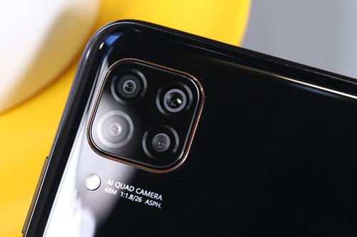 Huawei Nova 6 SE có 4 camera sau. Cảm biến chính 48 MP, khẩu độ f/1.8 cho khả năng lấy nét theo pha. Ống kính góc siêu rộng 8 MP, f/2.4, cảm biến macro 2 MP, f/2.4 và ống kính còn lại 2 MP, f/2.4 giúp chụp ảnh xóa phông. Bộ tứ này được trang bị đèn flash LED, quay video Full HD.