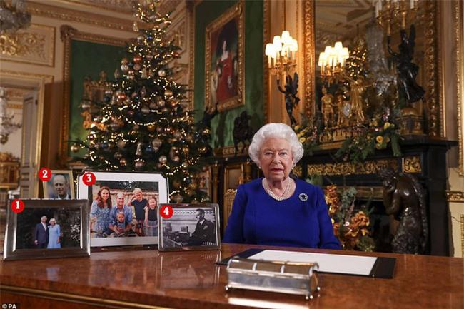 Trong khi chị dâu Kate rạng rỡ dự Giáng sinh cùng gia đình nhà chồng, Meghan Markle lại lặng lẽ như thế này đây - Ảnh 2.