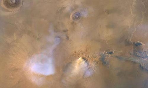 Hình ảnh ghi lại được từ Tàu Quỹ đạo trinh sát sao Hỏa của NASA. Những đám mây màu trắng và màu xanh chính là nước bay hơi. Ảnh: NASA