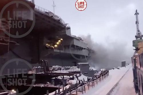 Giá trị thiệt hại của tàu sân bay Kuznetsov sau vụ cháy vừa xảy ra hồi đầu tháng vừa rồi trong lúc sửa chữa có thể lên tới 95 tỷ Rubble tương đương với khoảng... 1,3 tỷ USD. Nguồn ảnh: Livejournal.