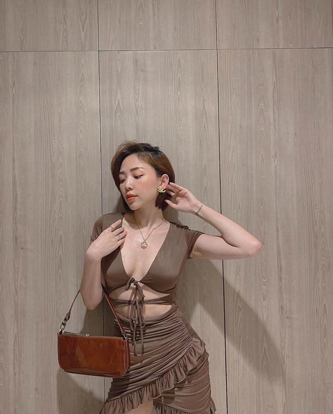 Tóc Tiên tự tin diện trang phục với những nét cắt táo bạo để khoe vòng eo con kiến