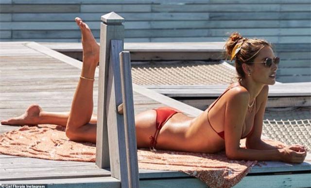 Alessandra Ambrosio vẫn gợi cảm ở tuổi 38 - 1