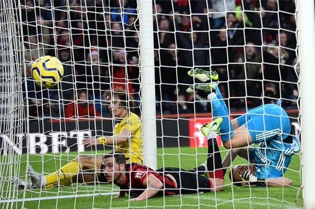 Gosling ghi bàn giúp Bournemouth có lợi thế trong hiệp 1