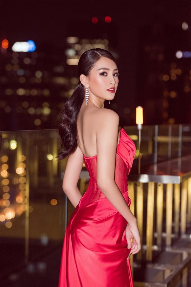 Tiểu Vy ngày càng quyến rũ, diện váy xẻ cao khoe chân dài sexy giữa bộ đôi mỹ nam Song Luân và Lãnh Thanh - Ảnh 2.
