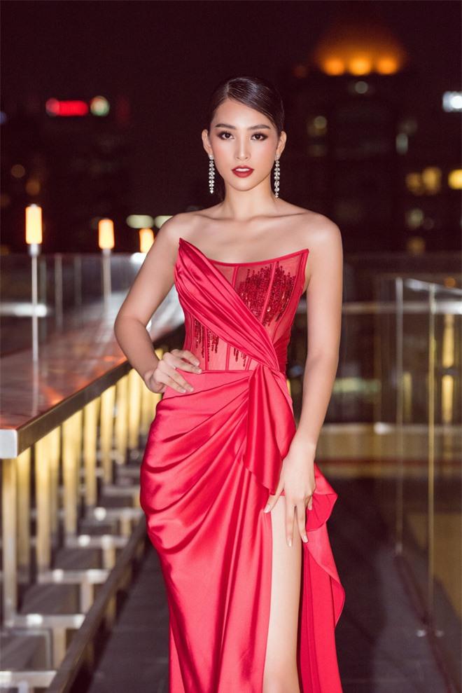 Tiểu Vy ngày càng quyến rũ, diện váy xẻ cao khoe chân dài sexy giữa bộ đôi mỹ nam Song Luân và Lãnh Thanh - Ảnh 3.