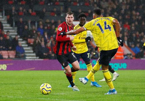 Aubameyang ghi bàn gỡ hòa cho Arsenal.