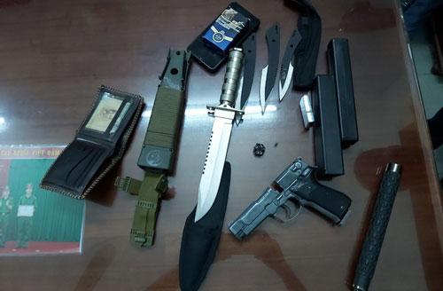 Số vũ khí được tìm thấy trên xe ôtô.