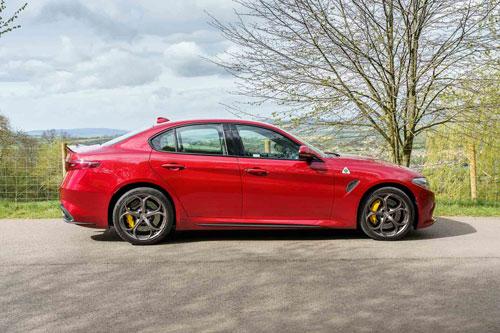 3. Alfa Romeo Giulia Quadrifoglio 2019 (thời gian tăng tốc từ 0-96 km/h: 3,8 giây).
