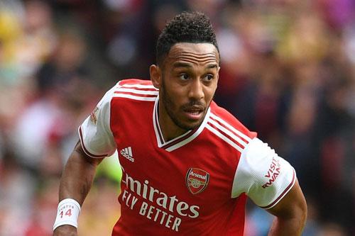 """Arsenal cân nhắc bán Aubameyang. Ở mùa giải này, tiền đạo Pierre-Emerick Aubameyang là một trong những cầu thủ ghi nhiều bàn nhất cho Arsenal. Tuy nhiên, """"Pháo thủ"""" vẫn muốn bán anh để thu về một khoản tiền lớn. Được biết, nguyên nhân dẫn tới việc này là do Aubameyang không muốn gia hạn hợp đồng với đội bóng."""