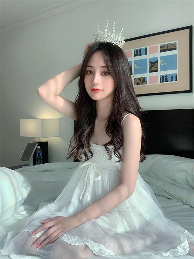 Cô nàng streamer thu nhập 100 triệu mỗi tháng, chỉ nhá hàng ảnh váy ngủ thôi cũng đủ làm bão cư dân mạng - Ảnh 1.