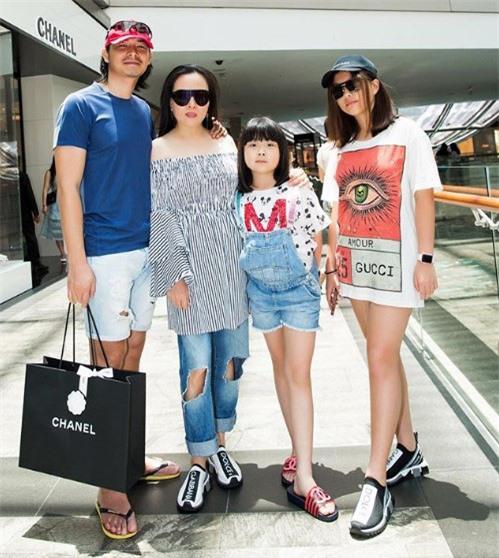 Con gái thứ hai của Phượng Chanel gây bão với phong thái xách túi shopping chuẩn rich kid, đúng là không đùa được với nhà giàu - Ảnh 1.