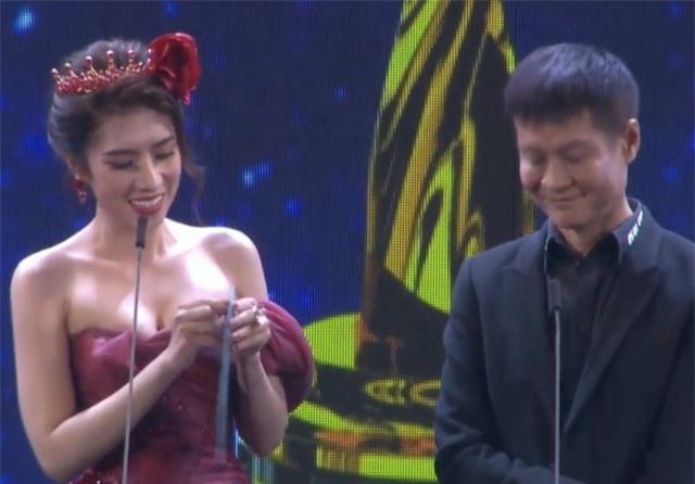 Hoa hậu Dương Yến Nhung ngượng đỏ mặt vì đọc nhầm tên người đoạt giải thành từ nhạy cảm - 1
