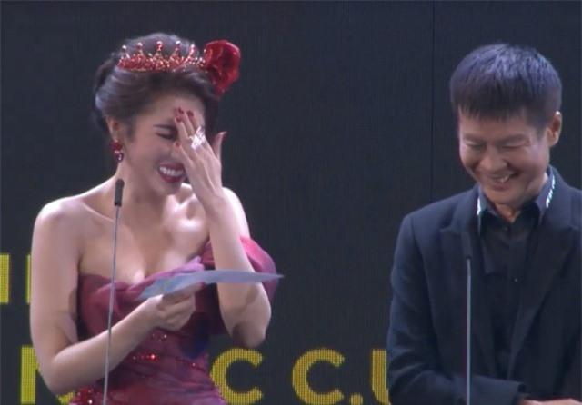 Hoa hậu Dương Yến Nhung ngượng đỏ mặt vì đọc nhầm tên người đoạt giải thành từ nhạy cảm - 2