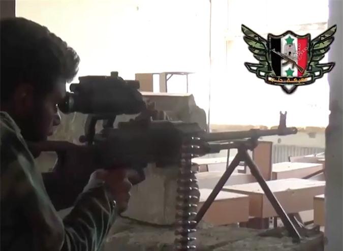 Quan doi Syria manh tay khi dua loat sung may PK cua Nga vao chien truong Idlib-Hinh-20