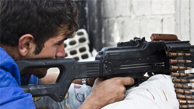Quan doi Syria manh tay khi dua loat sung may PK cua Nga vao chien truong Idlib-Hinh-25