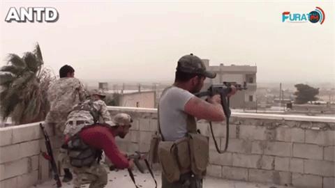 Quan doi Syria manh tay khi dua loat sung may PK cua Nga vao chien truong Idlib-Hinh-3
