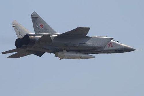 Tiêm kích MiG-31 mang theo tên lửa Kinzhal.