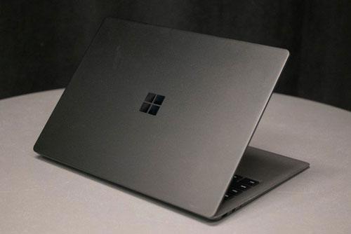 5. Surface Laptop 2 (giá khởi điểm: 999 USD).