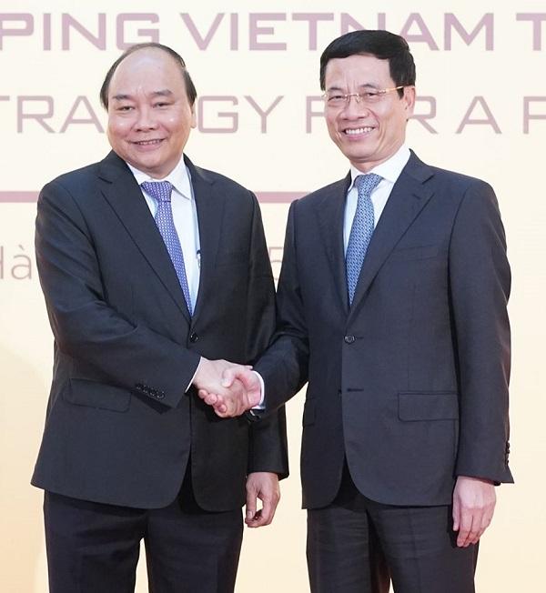 Thủ tướng Nguyễn Xuân Phúc (bên trái) và Bộ trưởng Bộ TT&TT Nguyễn Mạnh Hùng.