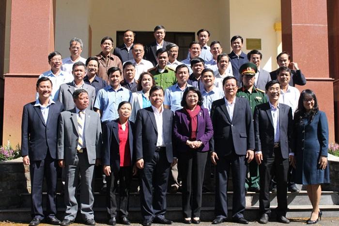 Phó Chủ tịch nước Đặng Thị Ngọc Thịnh chụp ảnh lưu niệm với Ban Chấp hàng Đảng bộ TP. Bảo Lộc (Ảnh: Báo Lâm Đồng)