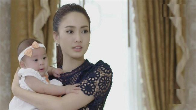 Gặp lại dâu cũ bế đứa trẻ trên tay, mẹ chồng liền vờ an ủi: