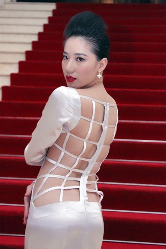 "Nhung trang phuc khoet lung bi gan mac ""tham hoa"" cua sao Viet-Hinh-2"