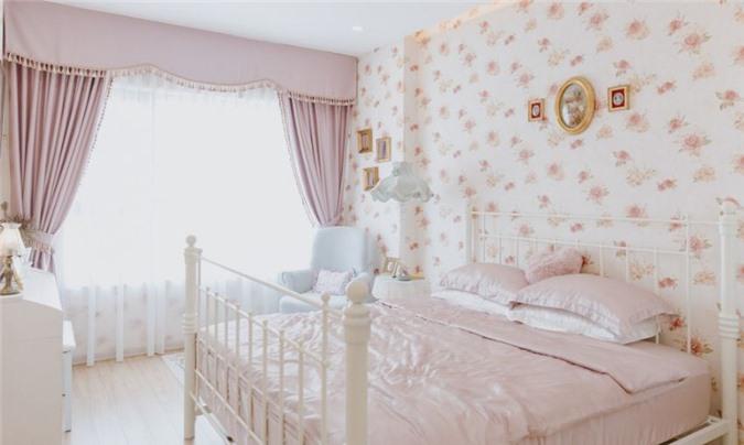 Phòng ngủ được trang trí bằng gam màu nhã nhặn, nữ tính.