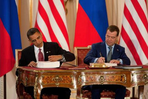 Tổng thống Mỹ B. Obama (trái) và Tổng thống Nga D. Medvedev ký kết New START tại Séc ngày 8/4/2010