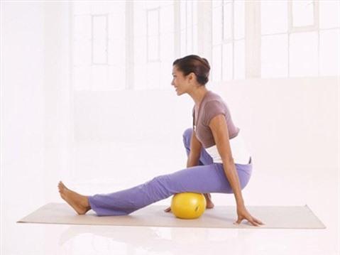 5 động tác với bóng cho thân hình chữ S. Động tác 1: Massage chân