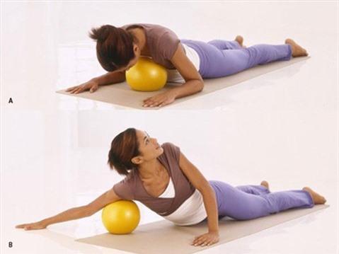 5 động tác với bóng cho thân hình chữ S. Động tác 2: Massage vòng 1
