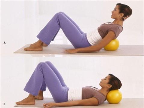 5 động tác với bóng cho thân hình chữ S. Động tác 3: Massage eo lưng