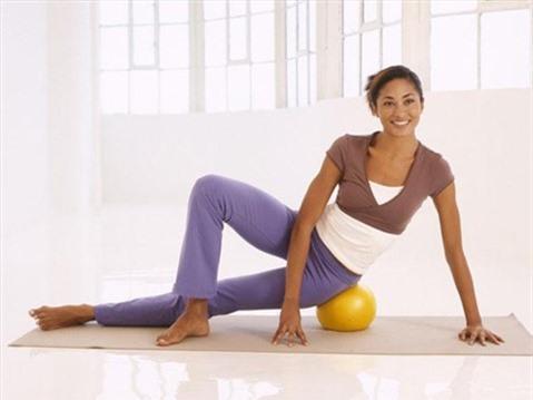 5 động tác với bóng cho thân hình chữ S. Động tác 5: Massage đùi, mông