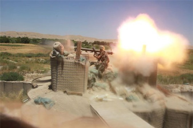 Kinh ngac binh si Syria lieu minh vac ca phao SGP-9 len vai khai hoa-Hinh-19