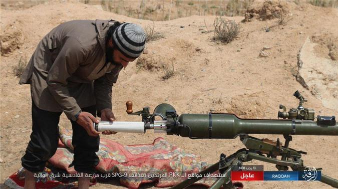 Kinh ngac binh si Syria lieu minh vac ca phao SGP-9 len vai khai hoa-Hinh-4