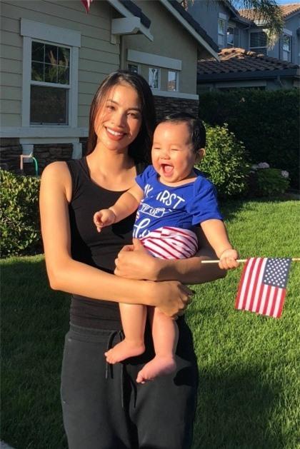 Chăm con khéo như Hoa hậu Phạm Hương: Luyện con ngủ xuyên đêm từ 3 tháng tuổi, 1 ngày uống đến 5 lít nước để có sữa cho con bú - Ảnh 2.