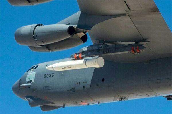 My lien tiep khoe hinh anh ten lua AGM-183A tren may bay nem bom B-52H-Hinh-3