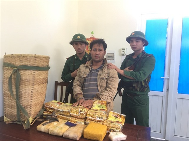 Bắt đối tượng người Lào gùi 10kg ma túy đá và 20.000 viên ma túy qua biên giới - 1