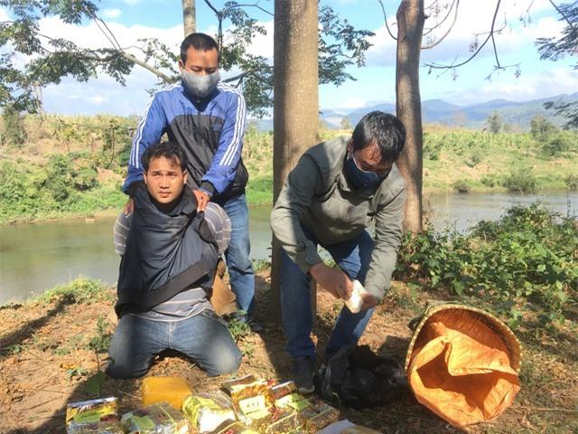 Bắt đối tượng người Lào gùi 10kg ma túy đá và 20.000 viên ma túy qua biên giới - 2