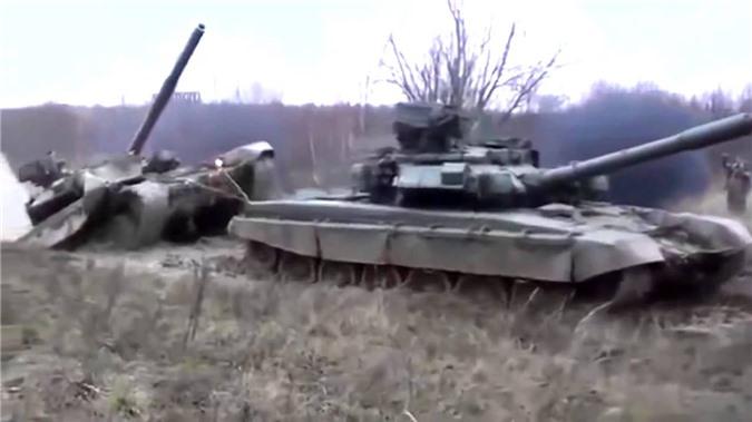 Vi sao xe tang chu luc T-90 Viet Nam lai gai mot thanh go lon phia sau?-Hinh-6