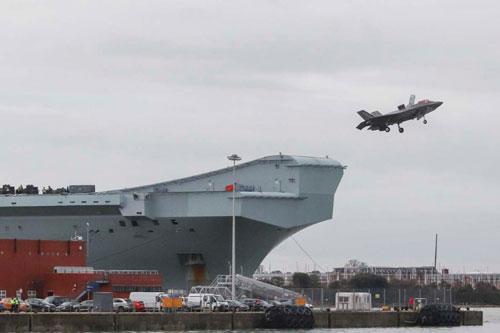 Đây được coi là lần đầu tiên trong lịch sử một tiêm kích F-35B được cất cánh từ tàu sân bay Anh trong hải phận của quốc gia này. Trước đó, mọi cuộc thử nghiệm đều chỉ được tiến hành trên vùng biển quốc tế. Nguồn ảnh: Dailymail.