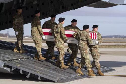 Quân đội Mỹ chuyển hài cốt một binh sỹ Lực lượng Đặc biệt Hoa Kỳ chết ở Afghanistan. (Ảnh: AP)