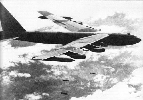 Trong chiến dịch 12 ngày đêm ném bom đánh phá miền Bắc, Mỹ đã mất tổng cộng 84 chiếc máy bay các loại, trong đó có tới 32 chiếc máy bay ném bom B-52, một tổn thất quá lớn và cực kỳ ngỡ ngàng với toàn bộ giới tướng lĩnh quân đội của Mỹ. Nguồn ảnh: Pinterest.
