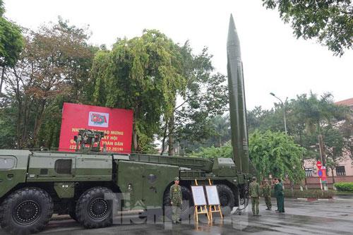 Đây có thể coi là lần đầu tiên tổ hợp tên lửa đạn đạo mạnh nhất trong tay Quân đội Nhân dân Việt Nam xuất hiện công khai giữa thủ đô. Tổ hợp tên lửa đạn đạo Scud của Việt Nam hiện tại đều thuộc sự quản lý của Lữ đoàn 490 - Binh chủng Pháo binh. Nguồn ảnh: Tienphong.